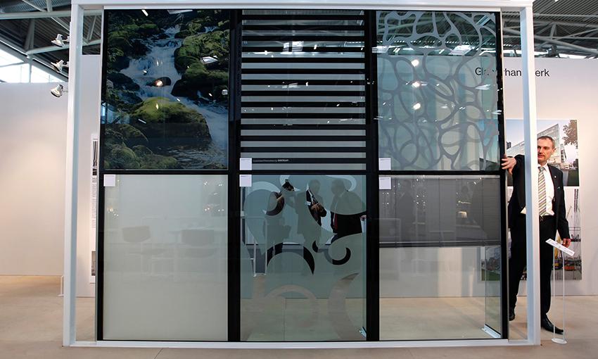 Cửa sổ kính có tích hợp tấm pin mặt trời tích hợp trong Hội chợ Thương mại Quốc tế ở Munich