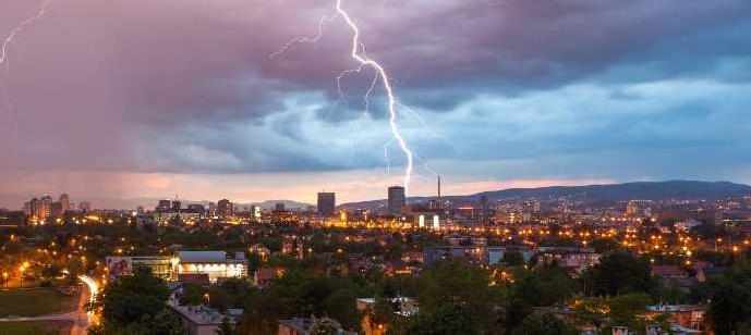 Lightning strikes: Sét đánh có khả năng phá hủy cực cao